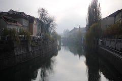 Туманный путь воды Любляны Стоковая Фотография