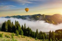 Туманный рассвет в горах в лете цирк bealton воздушного шара летая горячая photgrphed выставка va Стоковые Изображения