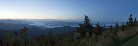Туманный рассвет над большими закоптелыми горами Стоковые Фото