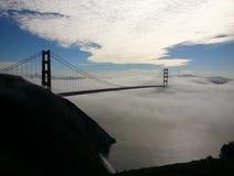 Туманный силуэт моста золотого строба Стоковая Фотография RF