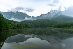 Туманный Mt Togakushi и пруд Kagami стоковая фотография