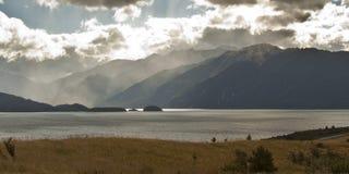 Туманы дождя далеко берег Стоковое фото RF