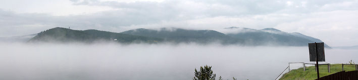 Туман в Listvyanka на Lake Baikal (панорама) Стоковое Фото