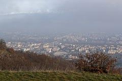 Туман и загрязнение на городе Гренобля стоковые изображения rf