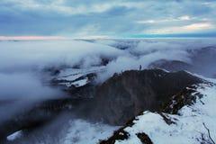 Туман и пасмурная гора на зиме стоковые изображения rf