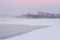 Туман и розовое небо над рекой Стоковое Фото