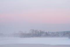 Туман и розовое небо над рекой Стоковое Изображение RF