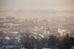 Туман и смог над городом, сцена зимы - загрязнение воздуха в зиме, Valjevo загрязнения воздуха, Сербия стоковое фото