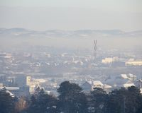 Туман и смог над городом, сцена зимы - загрязнение воздуха в зиме, Valjevo загрязнения воздуха, Сербия стоковые фото