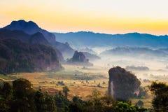 Туман и moutain утра Стоковая Фотография RF