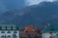 Туман над горами и домами Стоковые Изображения