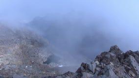 Туман над горными пиками видеоматериал