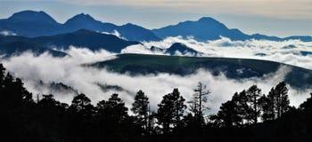 Туман на пиках Navarrese Пиренеи стоковое фото rf