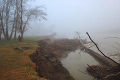 Туман на речном береге Стоковое Изображение