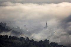 Туман над средневековым городом Brasov Стоковая Фотография