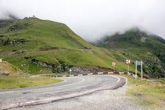 Туман над шоссе к горам дорога transfagarasan Румыния Стоковые Изображения