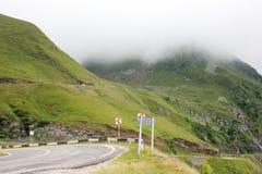 Туман над шоссе к горам дорога transfagarasan Румыния Стоковые Фотографии RF