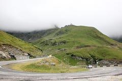 Туман над шоссе к горам дорога transfagarasan Румыния Стоковая Фотография RF