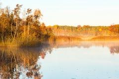 Туман осени в рассвете на озере Стоковое Изображение RF