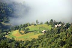 Туман охватил деревню в горах Стоковое Изображение RF