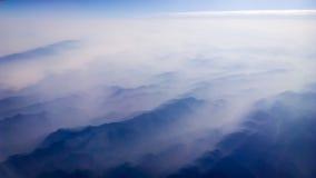 Туман охватил гору Стоковые Изображения RF