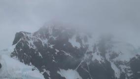 Туман охватывает снег-покрытую верхнюю часть горы Andreev акции видеоматериалы