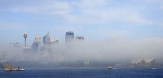 Туман поднимая город Сиднея стоковые изображения