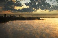 Туман поднимая от холодного озера на утре   Стоковая Фотография RF