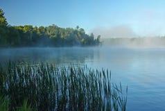 Туман раннего утра на озере глуш стоковое фото