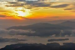 Туман утра и восход солнца гор в Сеуле, Корее Стоковые Фотографии RF
