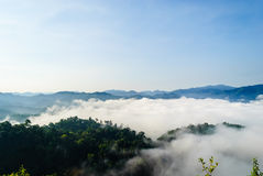 Туман утра на Khao Panoen Thung на национальном парке Kaeng Krachan Стоковые Фотографии RF