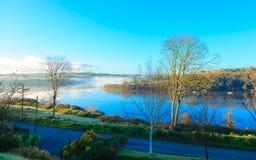 Туман утра осени на реке Co.Cork, Ирландии. Стоковые Изображения RF