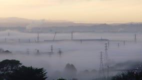 Туман утра упал на город стоковые фото