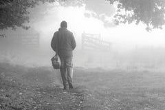 Туман 1 человека идя Стоковые Изображения RF