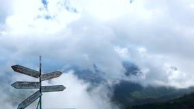 Туман Beautifu на горном пике видеоматериал