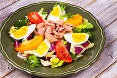 туна переднего салата фокуса селективная Рыбы, яичка и vegetable салат Стоковая Фотография RF