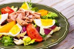 туна переднего салата фокуса селективная Рыбы, яичка и vegetable салат Стоковые Изображения RF