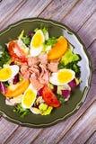 туна переднего салата фокуса селективная Рыбы, яичка и vegetable салат Стоковые Фотографии RF