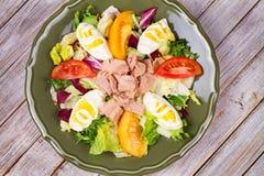 туна переднего салата фокуса селективная Рыбы, яичка и vegetable салат Стоковые Фото