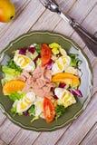 туна переднего салата фокуса селективная Рыбы, яичка и vegetable салат Стоковая Фотография
