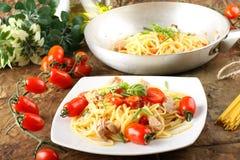 туна томатов макаронных изделия базилика свежая Стоковая Фотография