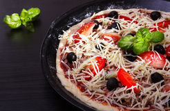 туна томатов пиццы луков оливок Стоковое Изображение RF