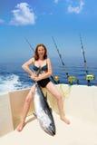 Туна bluefin удерживания женщины fisher Бикини на шлюпке Стоковая Фотография
