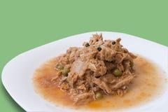 Тунец в томатном соусе и горохах Стоковое Фото