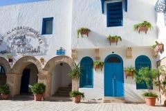 Тунисские восточные дома двора с белыми стенами и голубыми дверями окон Стоковое фото RF