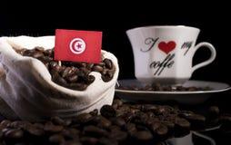 Тунисский флаг в сумке с кофейными зернами на черноте стоковое изображение rf