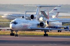 Туполев Tu-154M авиакомпаний Kosmos стоя на международном аэропорте Domodedovo Стоковое фото RF
