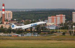 Туполев TU-134 принимает от взлётно-посадочная дорожка Стоковые Изображения