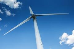 Турбина ветрогенератора против темносинего неба с облаками Стоковая Фотография