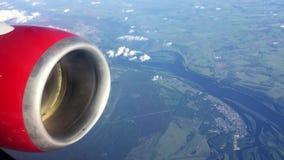 Турбина летания закручивает мотор Поплавок облаков через небо на большой возвышенности Полет над землей Перемещение к дистантному акции видеоматериалы
